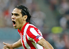 Temporada 11/12. Final Europa League. Falcao celebrando el gol en el césped del Estadio de Bucarest plano medio